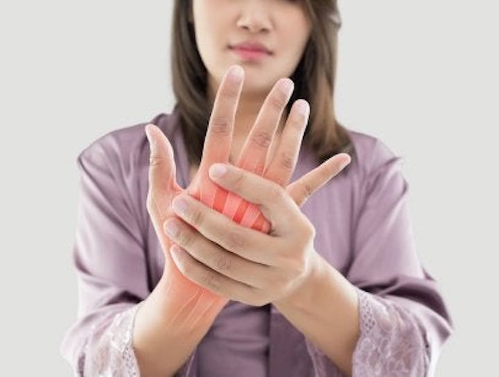 Le principali cause del dolore a mani e polsi negli uomini e nelle donne